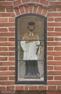 Gniewkowo | Figura św. Jana Nepomucena wewnątrz kapliczki | od północy | 2013-08-12