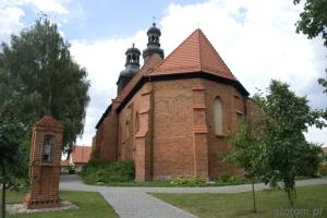 Gniewkowo | Kapliczka św. Jana Nepomucena i kościół pw. św. Mikołaja i św. Konstancji| od wschodu | 2013-08-12
