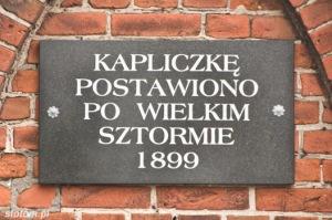 Kuźnica   tablica na kapliczce św. Antoniego   od północnego-zachodu   stan na 2013-12-12