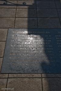 Warszawa | figura Matki Boskiej Passawskiej | fragment tablicy upamiętniającej odnowienie w 2001 | od północy | stan na 2013-04-17