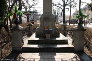Warszawa | figura Matki Boskiej Passawskiej | fragment cokołu | od północy | stan na 2013-04-17