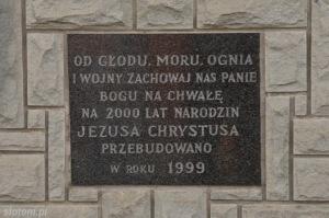Bukowina Tatrzańska | tablica na kapliczce Chrystusa Frasobliwego | widok ogólny | od południowego-wschodu | stan na 2015-07-17