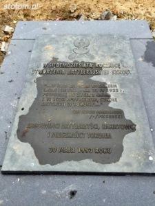 Toruń   pomnik Artylerii Polskiej   tablica pamiątkowa z 1993 roku   od północnego-wschodu   stan na 2015-11-03