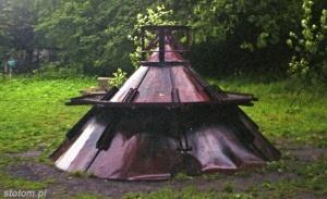 Zdemontowana druga kopuła helskiej latarni morskiej, w pobliżu latarni | czerwiec 1996