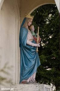 Brzozowo | kapliczka Matki Boskiej Królowej Polski | fragment | od wschodu | stan na 2016-03-31