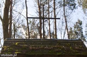 Przeczno | krzyż na kapliczce św. Rozalii i św. Rocha | widok ogólny | od północy | stan na 2016-03-31