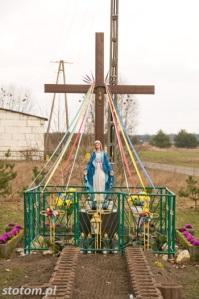 Młyniec Drugi | krzyż i figura Matki Boskiej | widok ogólny | od zachodu | stan na 2016-03-18
