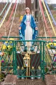 Młyniec Drugi | krzyż i figura Matki Boskiej | fragment | od zachodu | stan na 2016-03-18