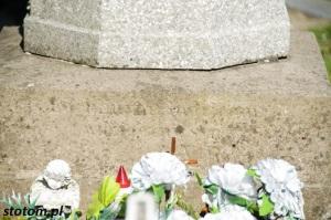 Kruszwica   kolumna Matki Boskiej   fragment   od zachodu   stan na 2016-05-07